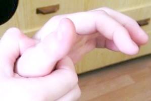 До чого свербить великий палець на правій і лівій руці?