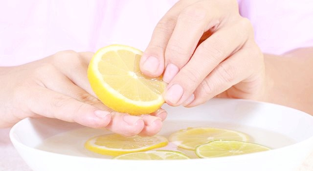 Відбілювання нігтів лимоном