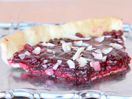 Пісочний торт з ягодами і кокосом
