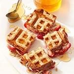 Корисний сніданок: вафельні сендвічі з полуницею і вершковим сиром