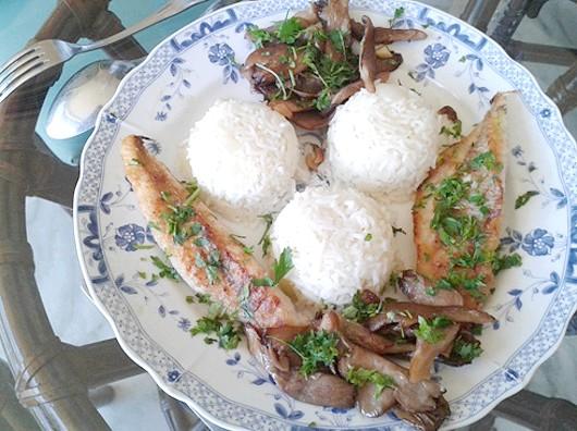 Смажена риба з грибами і білим соусом