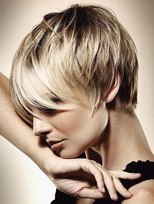 коротка зачіска з бічними пасмами фото